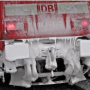 Eis- und Schneeschicht auf Zug der Deutschen Bahn